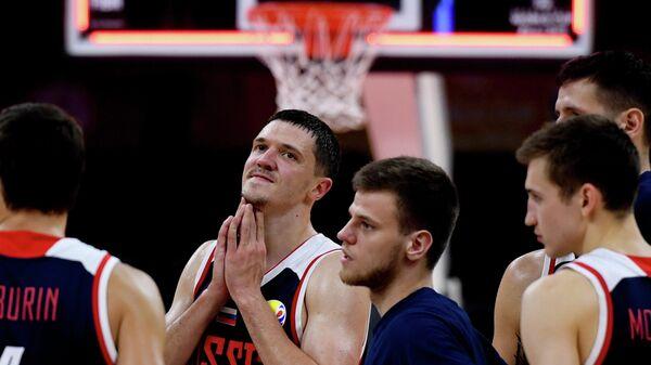 Баскетболисты сборной России Евгений Бабурин, Семён Антонов и Григорий Мотовилов