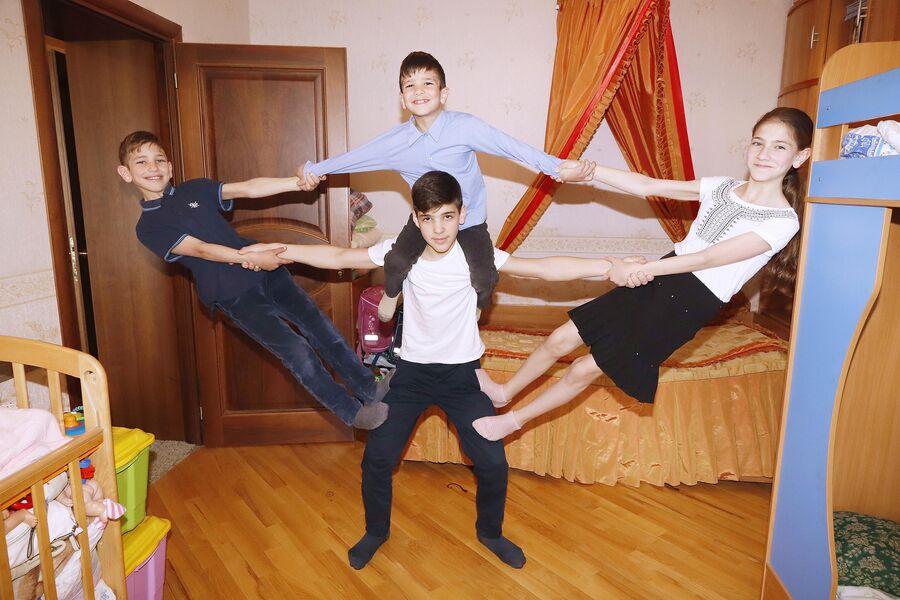 Четверо детей в семье Ульяновых занимаются в акробатическом кружке