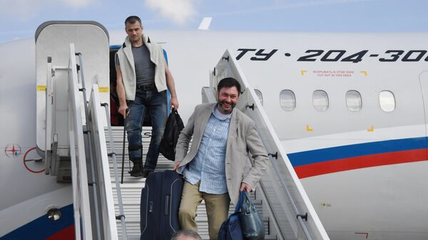 Руководитель портала РИА Новости Украина Кирилл Вышинский сходит с борта российского самолета Ту-204 в аэропорту Внуково