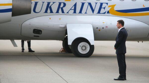 Президент Украины Владимир Зеленский встречает участников договоренности об освобождении между Россией и Украиной в аэропорту Борисполь