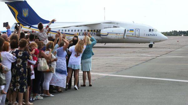Родственники встречают самолет c участниками договоренности об освобождении между Россией и Украиной в аэропорту Борисполь