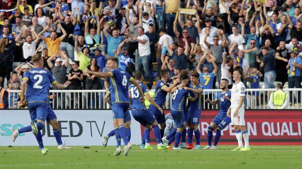 Футболисты сборной Косово радуются забитому мячу