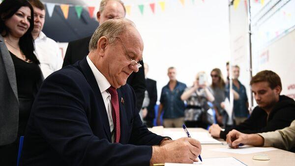 Председатель ЦК КПРФ Геннадий Зюганов голосует на выборах в Московскую городскую Думу на избирательном участке No142