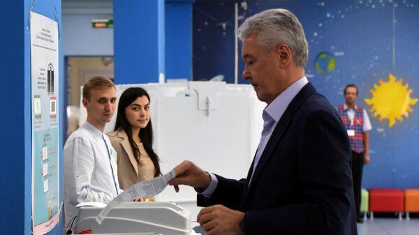 Мэр Москвы Сергей Собянин голосует на выборах в Московскую городскую Думу на избирательном участке № 90