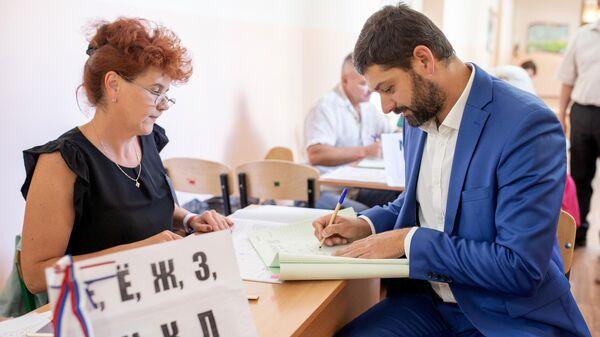 Депутат Государственной Думы РФ Андрей Козенко голосует на выборах в единый день голосования на избирательном участке в Симферополе