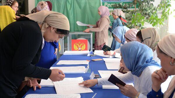 Избиратели в единый день голосования на избирательном участке в селе Чири-Юрт Чеченской Республики