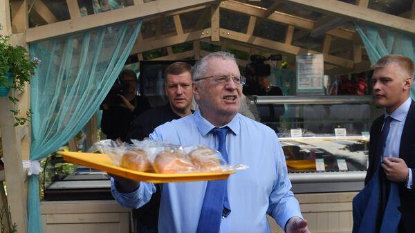 Лидер ЛДПР Владимир Жириновский на избирательном участке в Москве в день выборов в Московскую городскую Думу