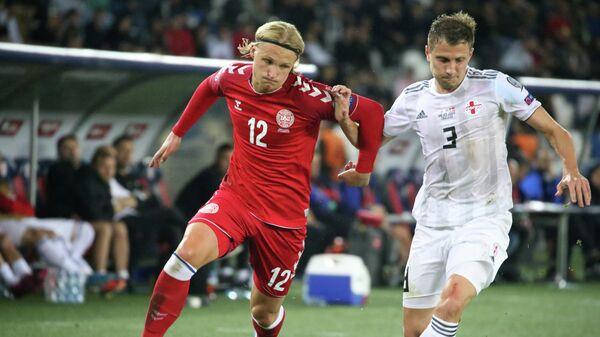 Форвард сборной Дании Каспер Долберг (слева) и защитник сборной Грузии Джемал Табидзе