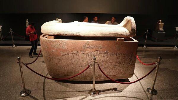 Саркофаг на выставке в Луксоре