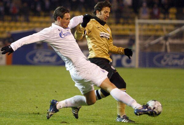 Ивица Крижанац (Зенит, слева), выбивает мяч у Алессандро дель Пьеро (Ювентус) в матче Лиги чемпионов
