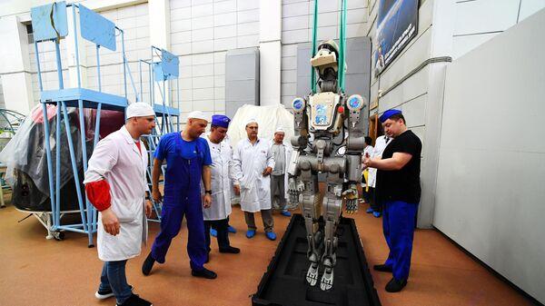 Сотрудники ракетно-космической корпорации Энергия укладывают робота Федора в специальный футляр после полета на МКС