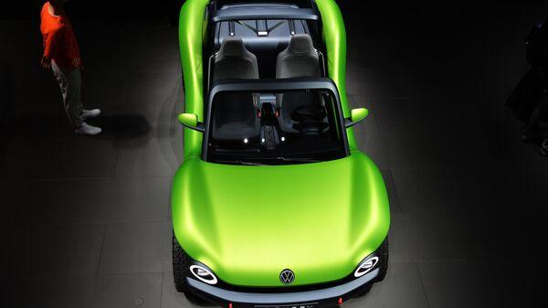 Посетители у автомобиля Volkswagen ID. Buggy на международном автомобильном салоне во Франкфурте