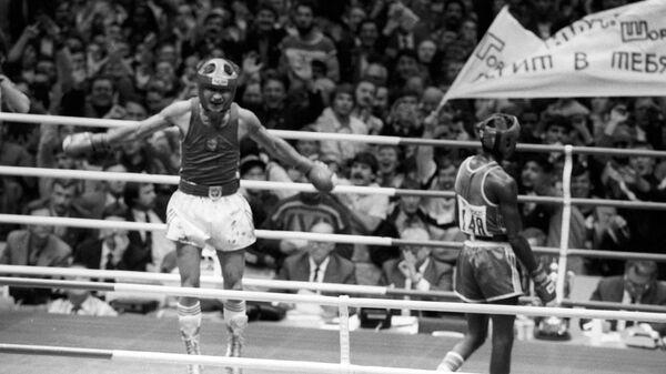 V чемпионат мира по боксу. Советский боксер Юрий Арбачаков (слева) одержал победу над кубинским боксером Педро Рейесом в финальном поединке в весовой категории до 51 кг.