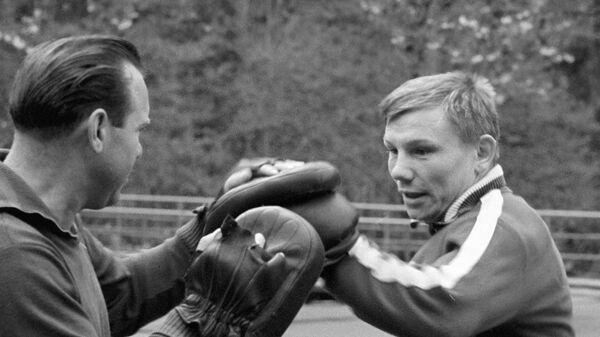 Чемпион Токийской Олимпиады 1964 года по боксу в полулегком весе Станислав Степашкин (справа) со своим тренером Юрием Соколовым (слева).