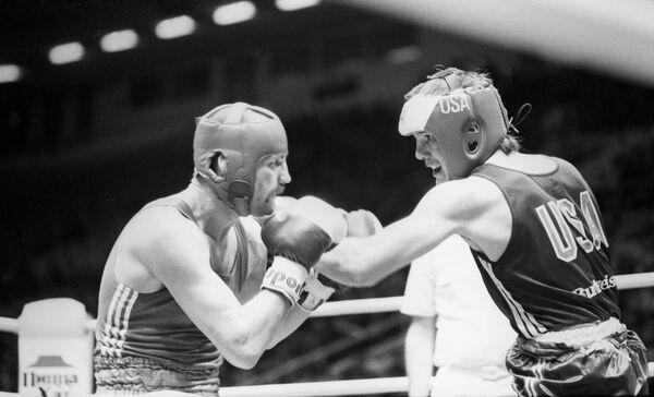 XXIV Летние Олимпийские игры в Сеуле, Бой ведет Вячеслав Яновский (весовая категория 63,5 кг). Справа - американский боксер Тодд Фостер.