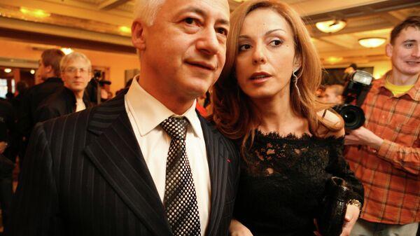 Владимир Спиваков с супругой Сати после церемонии вручения национальной театральной премии Золотая маска  в Большом театре