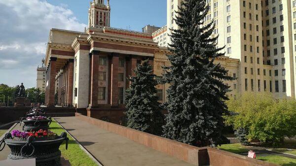 Вид на внутренний дворик МГУ со стилобата высотки
