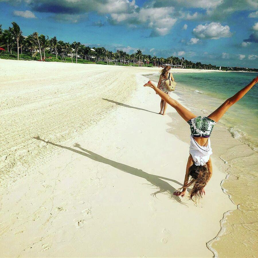 Жена Юлия и дочь Василиза на пляже в Мексике