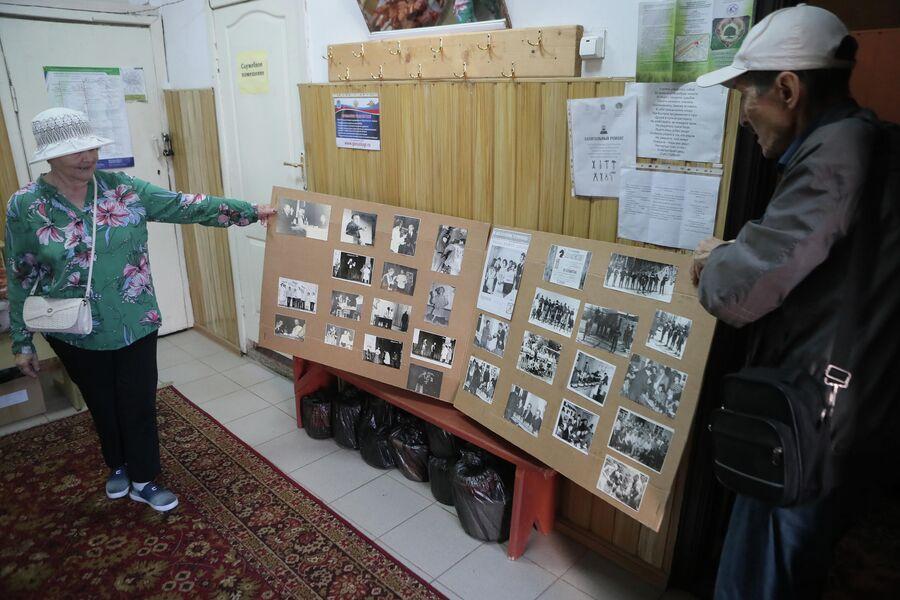 Татьяна Головчинер с супругом показывают фотографии советских лет