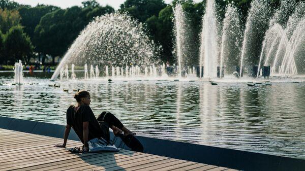 Девушка в парке Горького в Москве