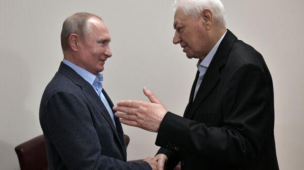 Президент РФ Владимир Путин и почётный председатель Государственного Совета Республики Дагестан Магомедали Магомедов во время встречи в Махачкале