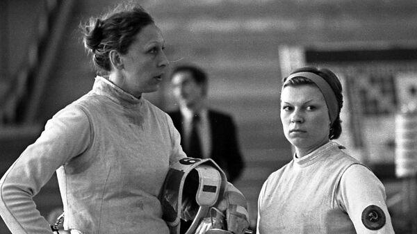 Рапиристки Валентина Сидорова (справа) и Елена Белова