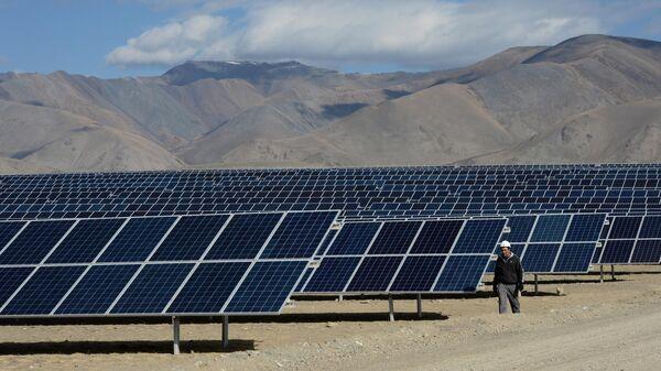 Мастер осматривает солнечные батареи