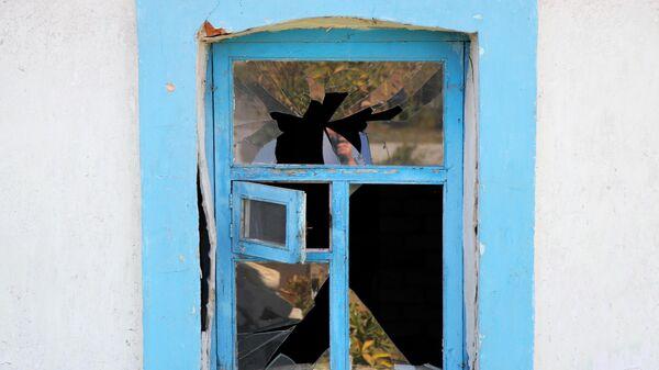 Окно, поврежденное в результате артобстрела ВСУ в Донбассе