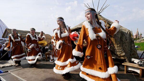 Девушки в национальных костюмах на IV фестивале Русского географического общества в парке Зарядье в Москве
