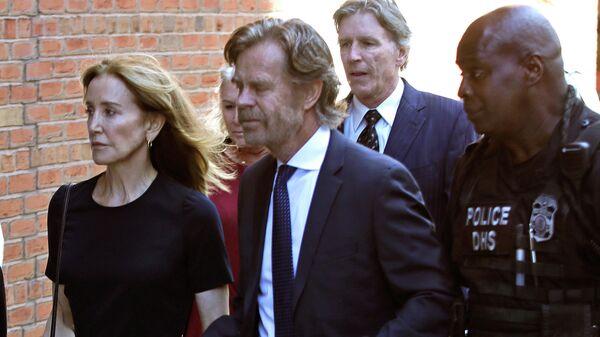 Фелисити Хаффман направляется в федеральный суд со своим мужем Уильямом Х. Мэйси и братом Муром Хаффманом-младшим, для вынесения приговора по делу о взяточничестве в колледже, 13 сентября 2019, Бостон