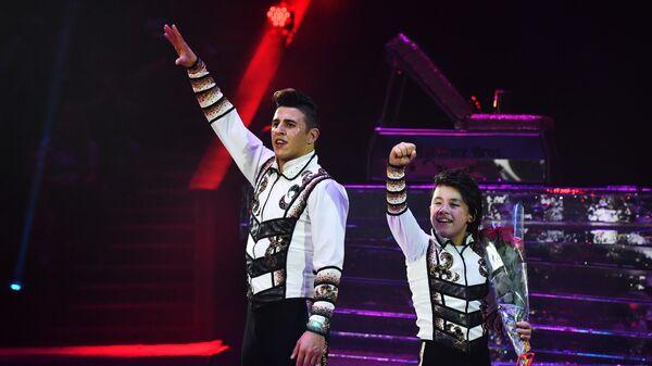 Братья Мартинез (Япония - Колумбия) выступают с номером Икарийские игры на Всемирном фестивале циркового искусства Идол