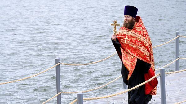 Священнослужитель во время VIII Елизаветинского крестного хода из села Ильинское в село Усово в Московской области