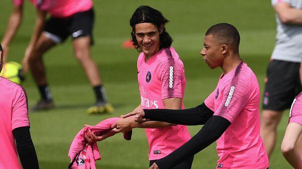 Игроки ФК Пари Сен-Жермен Эдинсон Кавани (слева) и Килиан Мбаппе во время тренировки