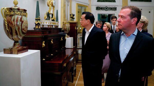 Председатель правительства РФ Дмитрий Мдведев и премьер Государственного совета КНР Ли Кэцян во время осмотра Павловского дворца