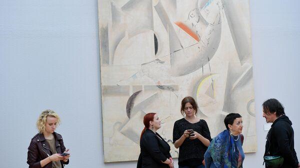 Посетители на выставке коллекционера Георгия Костаки в Третьяковской галерее на Крымском Валу