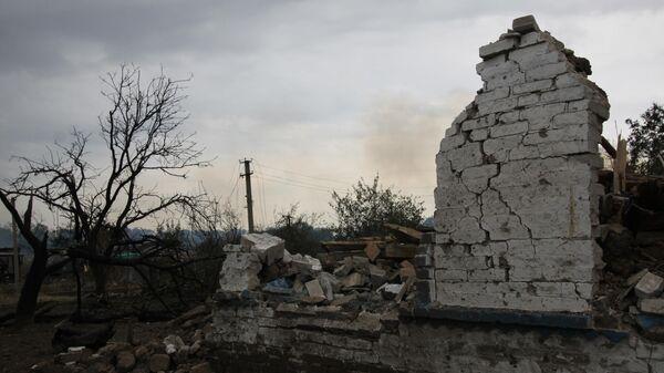 Здание, разрушенное вследствие обстрела, в селе Роза Новоазовского района Донецкой области
