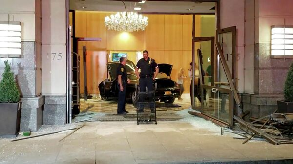 Сотрудники полиции на месте ДТП, где машина протаранила вестибюль башни Trump Plaza в городе Нью-Рошелл, США