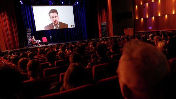 Эдвард Сноуден общается ходе видеомоста из России немецким журналистом Хольгером Старком в Берлине, Германия. 17 сентября 2019