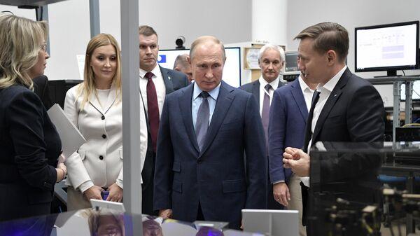 Президент РФ Владимир Путин во время осмотра выставки перед началом заседания наблюдательного совета Агентства стратегических инициатив