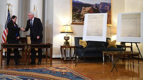 Передача российской стороне исторических документов за подписью императора Николая II в резиденции посла США в Москве. 18 сентября 2019