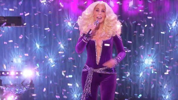 Американская певица Шер во время исполнения песни Waterloo группы Abba на шоу America's Got Talent