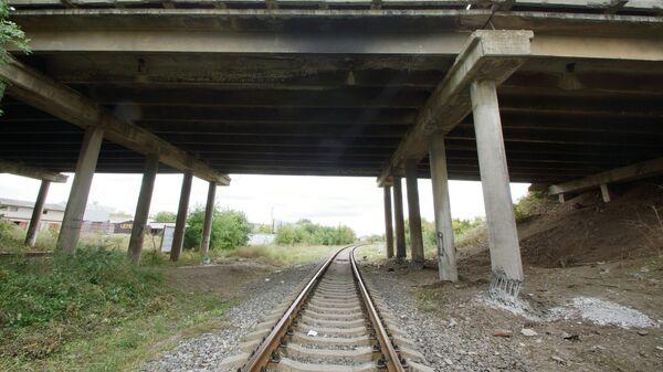 Мост в Луганске, опоры которого попытались подорвать неизвестные