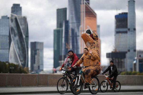 Участники осеннего велофестиваля в Москве