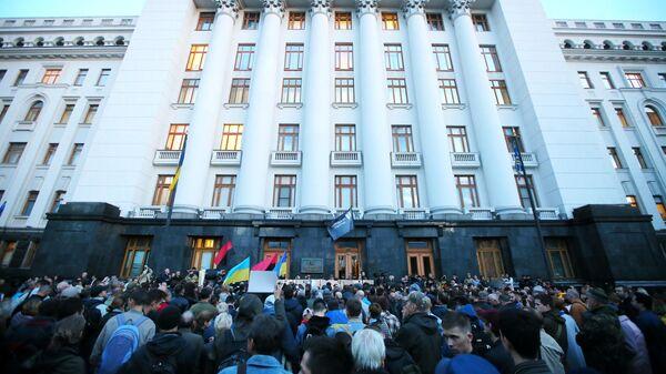 Участники акции ''Нормандский сговор - предательство!'' у здания Администрации президента в Киеве