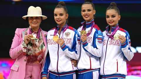 Сборная команда России по художественной гимнастике в составе Арины Авериной, Екатерины Селезневой и Дины Аврериной (справа налево)