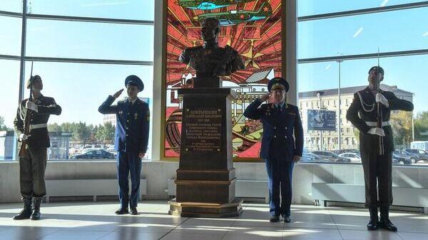 Открытие бюста трижды Герою Советского Союза, маршалу авиации Александру Покрышкину в новосибирском аэропорту Толмачево