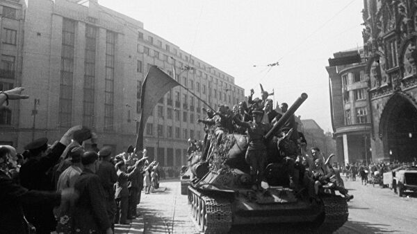 Жители Праги приветствуют советских воинов-освободителей