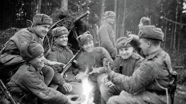 Солдаты греются у костра в лесу. 2-й Прибалтийский фронт