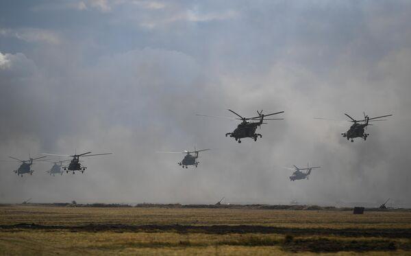 Вертолеты Ми-8 во время основного этапа стратегического командно-штабного учения Центр-2019 на полигоне Донгуз