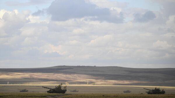 Танки Т-72Б3 во время основного этапа стратегического командно-штабного учения Центр-2019 на полигоне Донгуз